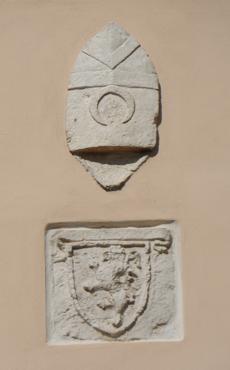 Lo stemma capovolto della chiesa di San Francesco di Manfredonia